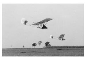 "Dva klizača tipa ""Vrabac"" u letu na terenu Brezje 1942. godine. U pozadini se vidi zvonik crkve u Svetoj Nedelji"